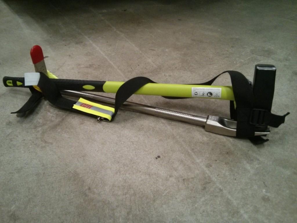 Spalthammer und Halligan Tool im Tragegurt